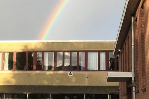 speelplaats gebouw A met regenboog